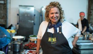 """Köchin und Gastronomin Haya Molcho fühlt sich in der Küche ihrer Restaurants """"Neni"""" pudelwohl. (Foto)"""