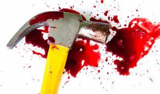 Ein Rentner hieb mit einem Hammer zwölfmal auf den Schädel seiner bettlägerigen Frau ein. (Foto)