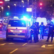 Einsatzkräfte der Polizei stehen am Schwedenplatz. Nach den Schüssen in der Wiener Innenstadt ist die Lage weiter unklar.