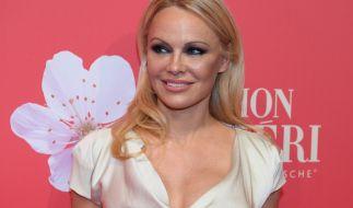 Pamela Anderson zeigt auf einem Instagram-Foto ihr funkelndes Schmuckstück. (Foto)