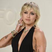 Miley Cyrus nimmt schon einmal im Sarg Maß.