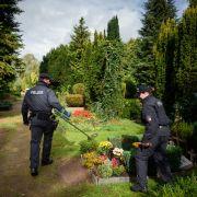 Zuvor hatten die Beamten einen Friedhof nach möglichen Spuren durchsucht.