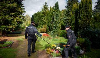Zuvor hatten die Beamten einen Friedhof nach möglichen Spuren durchsucht. (Foto)
