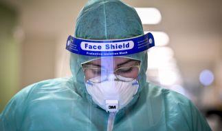Die Corona-News des Tages im Überblick: Eine Krankenpflegerin trägt auf der Corona-Station Schutzkleidung. (Foto)
