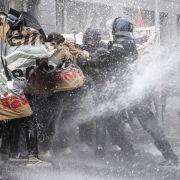 Eskalation bei Demo! Polizei spült Querdenker weg (Foto)