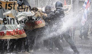 """Bei einer """"Querdenken""""-Demo in Frankfurt am Main setzte die Polizei zunächst Wasserwerfer gegen Gegendemonstranten ein und später gegen die Corona-Skeptiker. (Foto)"""