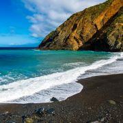 Touristen filmen brachialen Erdrutsch und flüchten vor Welle (Foto)