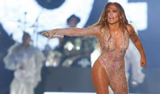 Jennifer Lopez lässt in einem aufreizenden Werbeclip tief blicken. (Foto)