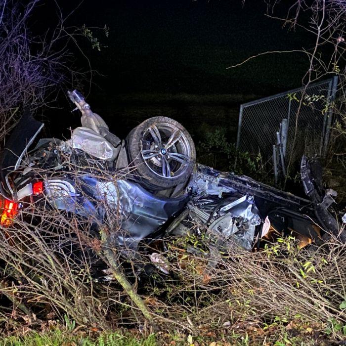 Raser-Auto knallt gegen Baum - ein Toter, 3 Verletzte (Foto)