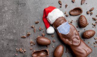 Ein Schoko-Weihnachtsmann mit Mund-Nase-Schutz erzürnt Querdenker auf Facebook. (Foto)