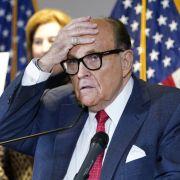 Da lacht ganz Twitter! Rudy Giuliani läuft die Haarfarbe übers Gesicht (Foto)