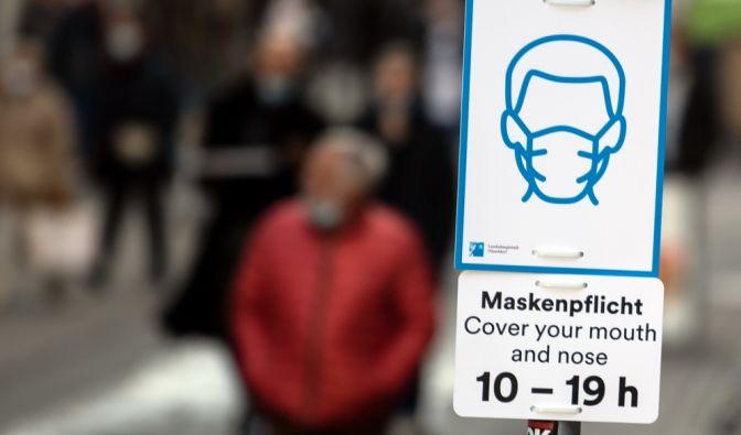 Nordrhein-Westfalen, Düsseldorf: Ein Schild weist auf die Pflicht zum Tragen von Schutzmasken hin.