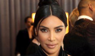 Auf Instagram riskierte Kim Kardashian einen goldenen Höschen-Blitzer. (Foto)