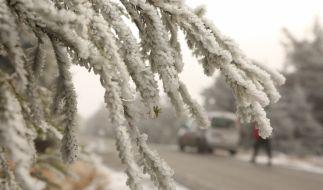 Ein Hauch von Winter zeigt sich im Harz mit einer dünnen Schneedecke in den oberen Bergregionen. (Foto)