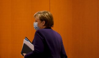 Kanzlerin Angela Merkel (66, CDU) hält die geheime Impf-Liste unterm Arm. (Foto)