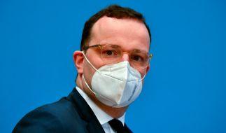 Bundesgesundheitsminister Jens Spahn unterzeichnet die Impf-Verordnung gegen das Coronavirus am 18. Dezember 2020. (Foto)