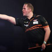 Der Niederländer Dirk van Duijvenbode feiert 2021 seine Darts-WM-Premiere im Ally Pally - und lehrt seine Gegner als