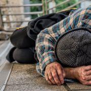 Tritte gegen den Kopf! 16-Jährige misshandelt Obdachlosen - Klinik (Foto)