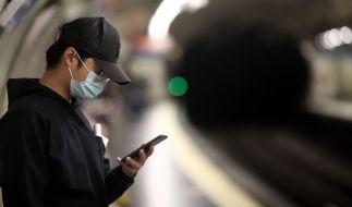 Nachdem ein Handy in seiner Hand explodiert ist, schwebt ein 27-Jähriger in Lebensgefahr. (Foto)