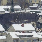 Erdboden verschlingt Wohnhäuser! Rettungskräfte bergen Todesopfer (Foto)