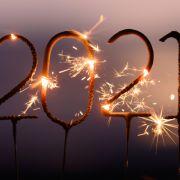 Menschen in aller Welt begrüßen das neue Jahr 2021 - wenn auch aufgrund der Corona-Pandemie ohne Massenveranstaltungen und üppiges Feuerwerk.