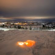 Eine Kerze brennt im Schnee für die Opfer eines Erdrutsches. Drei Tage nach dem Erdrutsch haben die Rettungskräfte eine zweite Leiche im Unglücksgebiet gefunden.