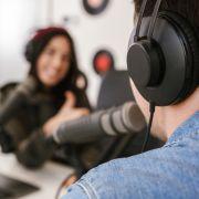 Ein britischer Radiomoderator soll auf Sex-Partys Drogen verkauft haben.