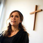 Ex-TV-Nonne Antje Mönning zieht für Musikvideo blank.