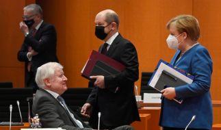 Die Corona-News von Mittwoch mit Olaf Scholz. (Im Bild: Bundeskanzlerin Angela Merkel (CDU) spricht vor der Kabinettssitzung mit Innenminister Horst Seehofer (CSU - l). Bundesfinanzminister Olaf Scholz (SPD - M) geht an ihnen vorbei) (Foto)
