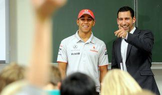 Till Nassif (r) gemeinsam mit Rennfahrer Lewis Hamilton im Jahr 2010 beim Besuch einer Schule in Berlin. (Foto)