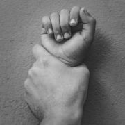 In Lancashire wurde ein Mädchen in einem Park von einer Teenager-Gruppe vergewaltigt.
