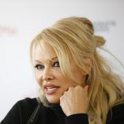 Pamela Anderson verführt im Bikini.