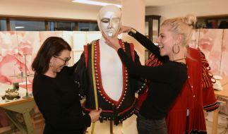 """Für """"The Masked Singer"""" legt sich Gewandmeisterin Alexandra Brandner, hier mit Maskenbildnerin Marianne Meinl, mächtig ins Zeug. (Foto)"""