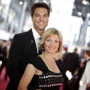Die (damals schwangere) Moderatorin Ilka Eßmüller und ihr Mann Boris Büttner vor der Verleihung des Deutschen Fernsehpreises im Jahr 2009.