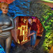 Benjamin Stöwe steht in einem Zeitportal in seinem privaten Star-Trek-Museum