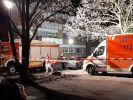 Ein Rettungswagen und ein Feuerwehrwagen stehen an dem mit einem Absperrband der Polizei abgesperrten Tatort auf einem Parkplatz in Hamm (NRW), an dem die Leiche einer 22-jährigen Frau gefunden wurde. (Foto)