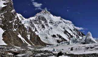 Ein Blick auf das Basislager und den K2. (Foto)
