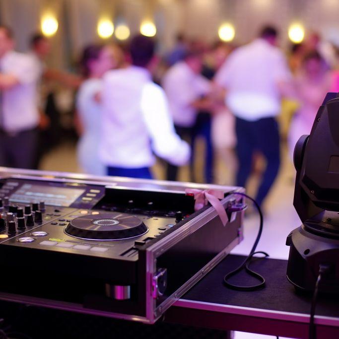 13.882 Neuinfektionen! Polizei stoppt Hochzeitsparty mit 60 Personen (Foto)