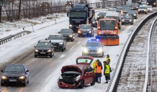 Winterliches Wetter hat vor allem in Süddeutschland - wie hier auf der A 94 bei München - für zahlreiche Unfälle gesorgt. (Foto)