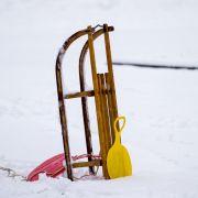Zug kollidiert mit Schlitten - 2 Teenager-Mädchen tot (Foto)