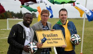 Moderator Peter Großmann (Mitte) berichtete gemeinsam mit Fußballer Gerald Asamoah (links) und Kommentar Arnd Zeigler am Strand von Brasilien bei Schönberg von der Fußball-WM 2014. (Foto)