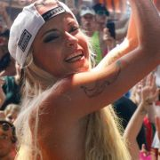 Ohne Klamotten erwischt! SO LOCKENWICKLERT sie die Fans um den Finger (Foto)