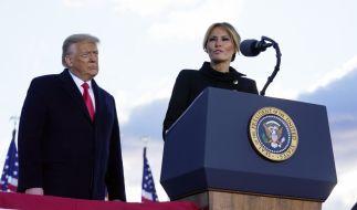 Donald Trump, Ex-Präsident der USA, hört zu, während seine Frau Melania Trump ihre letzte Rede als First Lady der USA hält. (Foto)