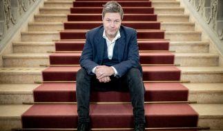 Robert Habeck, Bundesvorsitzender von Bündnis 90/Die Grünen, sitzt am Rande eines Interviews für ein Foto auf einer Treppe. (Foto)
