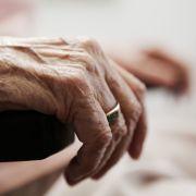 Mitten in der Nacht! 28-Jähriger vergewaltigt hilflose Rentnerin (92) (Foto)
