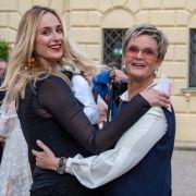 Hier gibt's den Vorgeschmack auf die Schwiegermutter in spe gleich obendrauf: Elisabeth von Thurn und Taxis (* 24.03.1982), hier mit ihrer Mutter Gräfin Gloria, hat den Mann fürs Leben noch nicht gefunden.