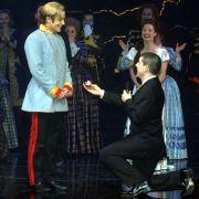 Der Opernsänger Paul Reeves (r) macht Ross Antony einen Heiratsantrag.