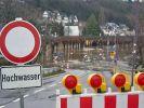 Eine Straße am Rheinufer wurde wegen des Hochwassers gesperrt. (Foto)