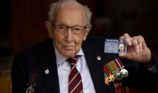 Captain Tom Moore, der mit 100 Jahren von Queen Elizabeth II. zum Ritter geschlagen wurde, ist an den Folgen einer Coronavirus-Infektion gestorben. (Foto)