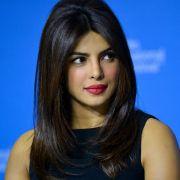 Bollywood-Star räkelt sich in Unterwäsche - Fans fallen vom Glauben ab (Foto)